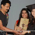 sonalee-kulkarni-taking-certificate-from-atul
